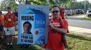 Carolina RailHawks fans poked fun at Galaxy head coach Bruce Arena in 2013. Photo: Twitter @daveslounge