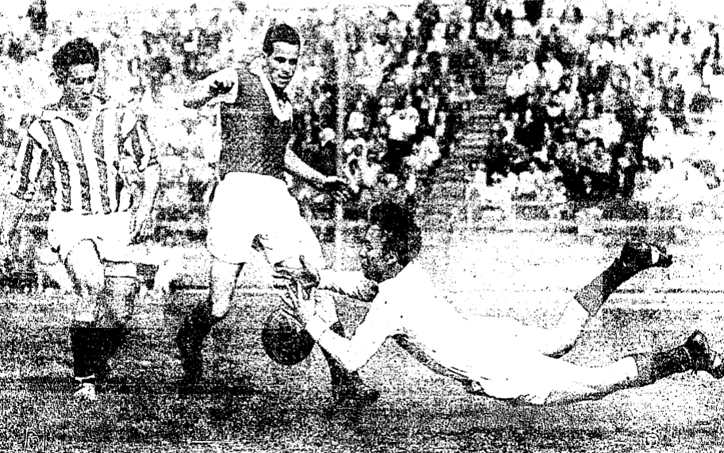 Willie Carson (center) of the Los Angeles Kickers, shown here in action against Schwaben AC (Chicago), scored six goals in the Kickers' 8-1 victory over San Francisco Scots in 1960. Photo: LA Times archives