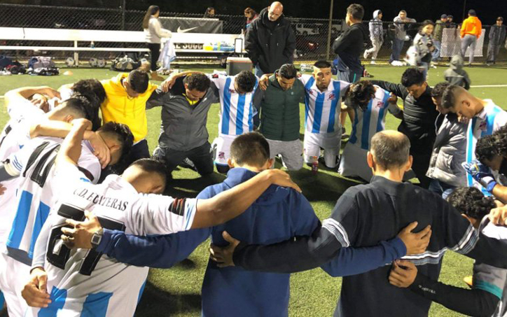 CD Huateras form a prayer circle following their 2020 US Open Cup qualifier against World Class Premier Elite FC. Photo: CD Huateras